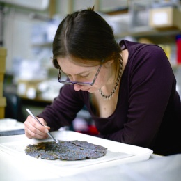 Mosaic dish being conserved at the Museum of London. © L - P : Archaeology.