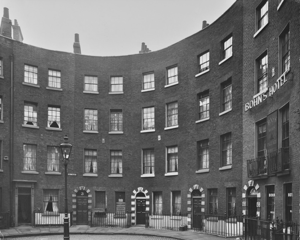 The close space of the Circus in 1918, depicting 'Bohn's Hotel'.